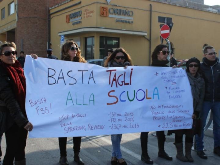 Donne che resistono, donne che non si arrendono, a difesa della Scuola Pubblica